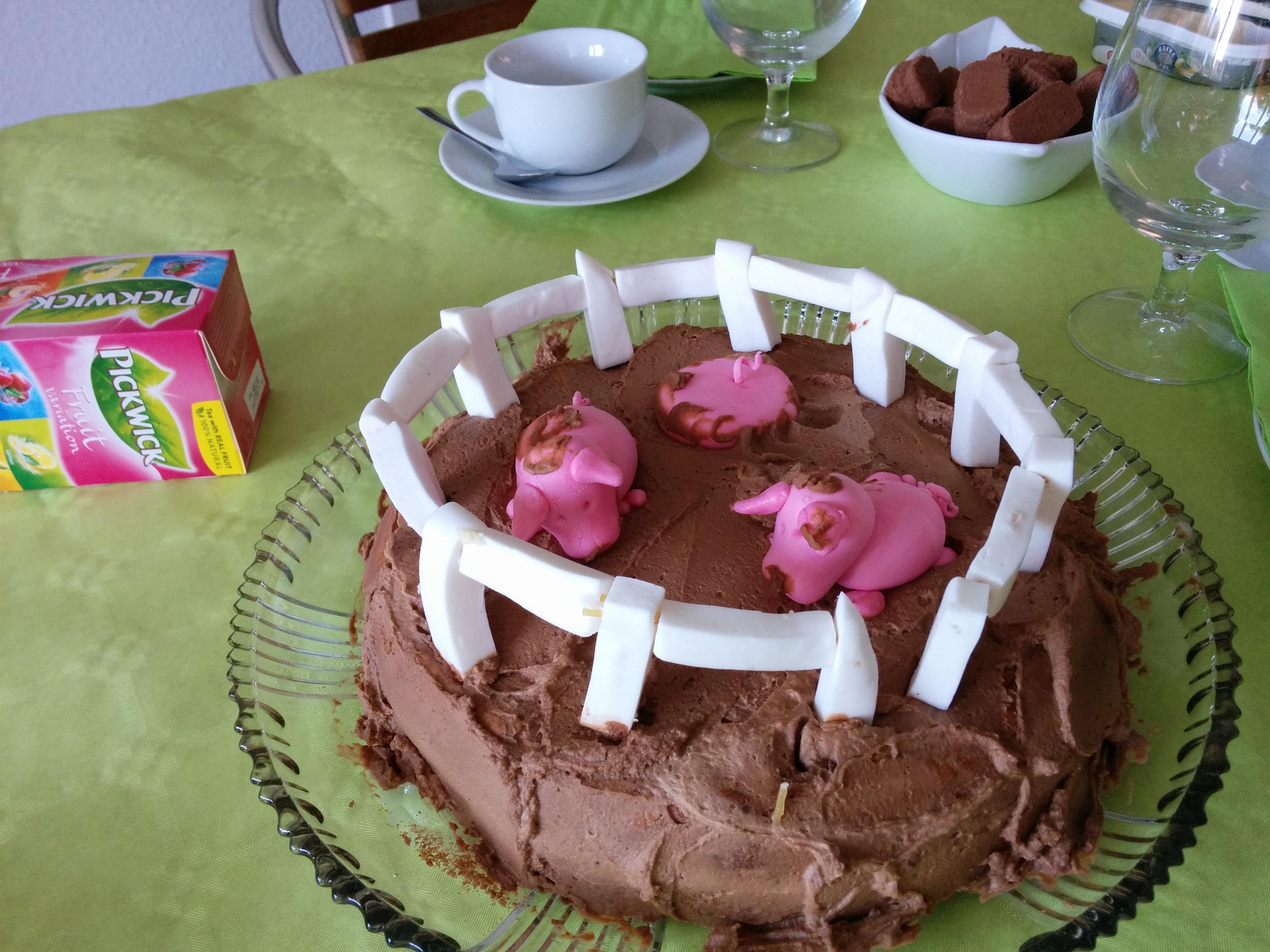 Dette er så dan anden lagkage jeg lavede. Denn er med vanilie kagecreame og knuste rutebiler (kagen).